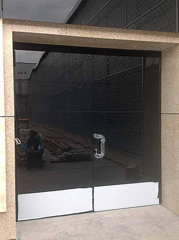 Приклеивание стекла к металлу в производстве дверей