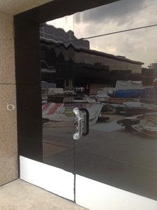 дверь - стекло приклеено к металлу