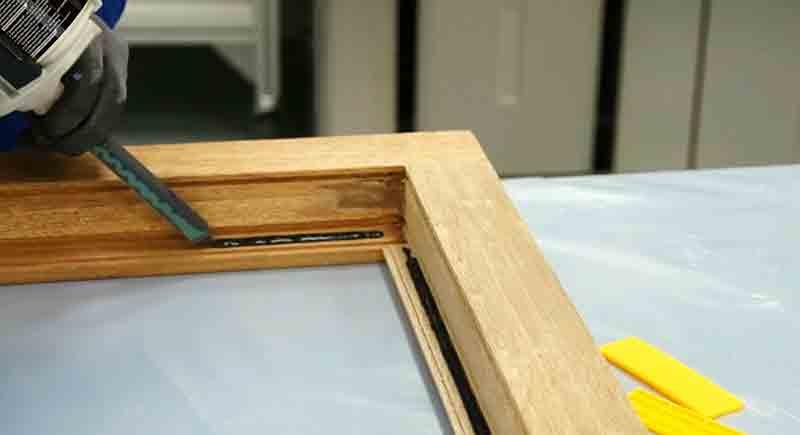 4) Нанести клеевой состав по периметру оставляя углы «пустыми»