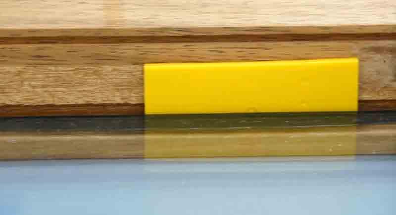 7) Выровнять стеклопакет подложками