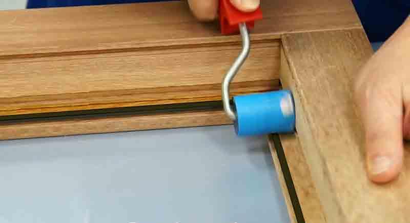 Приклеить уплотнитель к створке деревянного окна