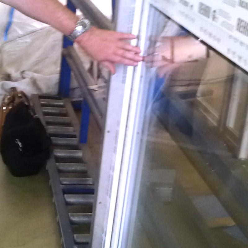 Выровнять стеклопакет подложками