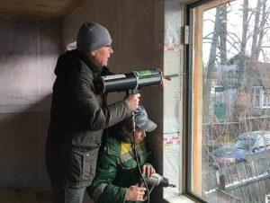 Вклеивание структурных стеклопакетов непосредственно на строительных объектах