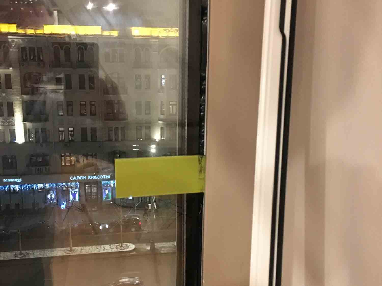 закрепление стеклопакета в проеме окна