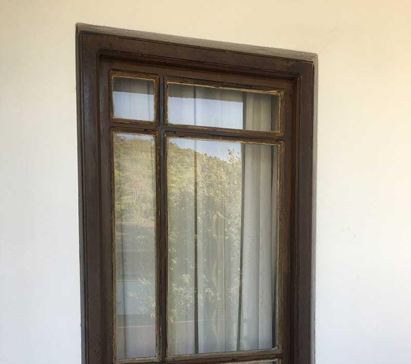 отслаивалась от стекла и деревянного основания