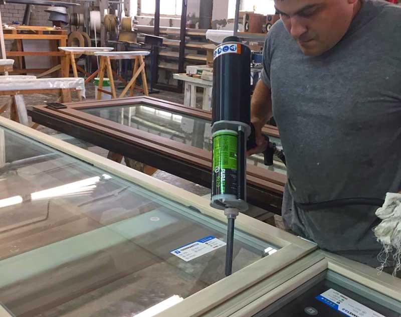 вклеивание стеклопакетов в окна и двери из дерева 2К индустриальным клеем для вклеивания PURAFLEX® 9270