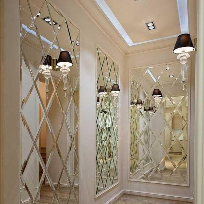приклеенное зеркало к стене