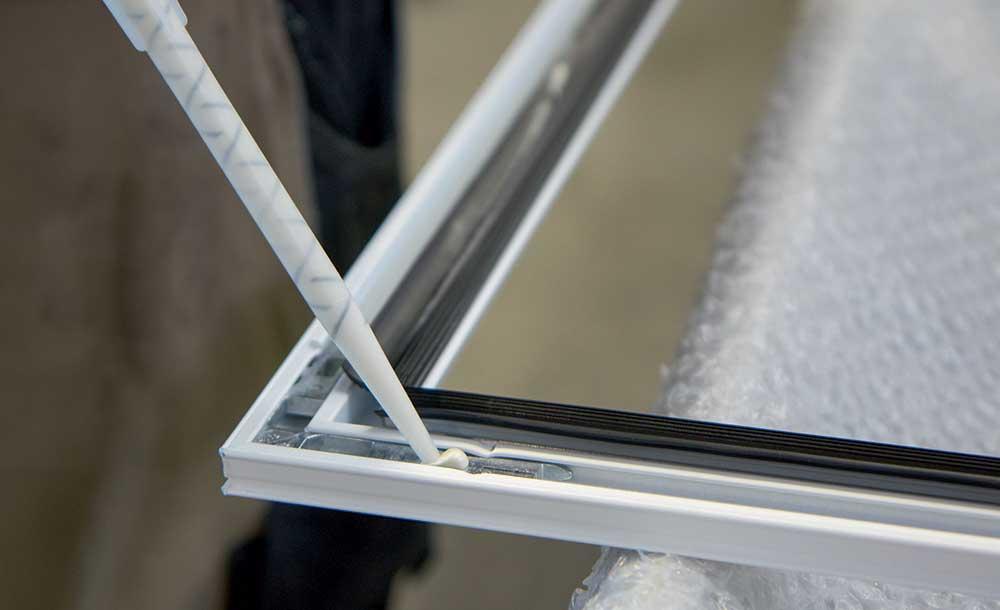 при соединении рамного и створочного угла окна, двери или элементного фасада