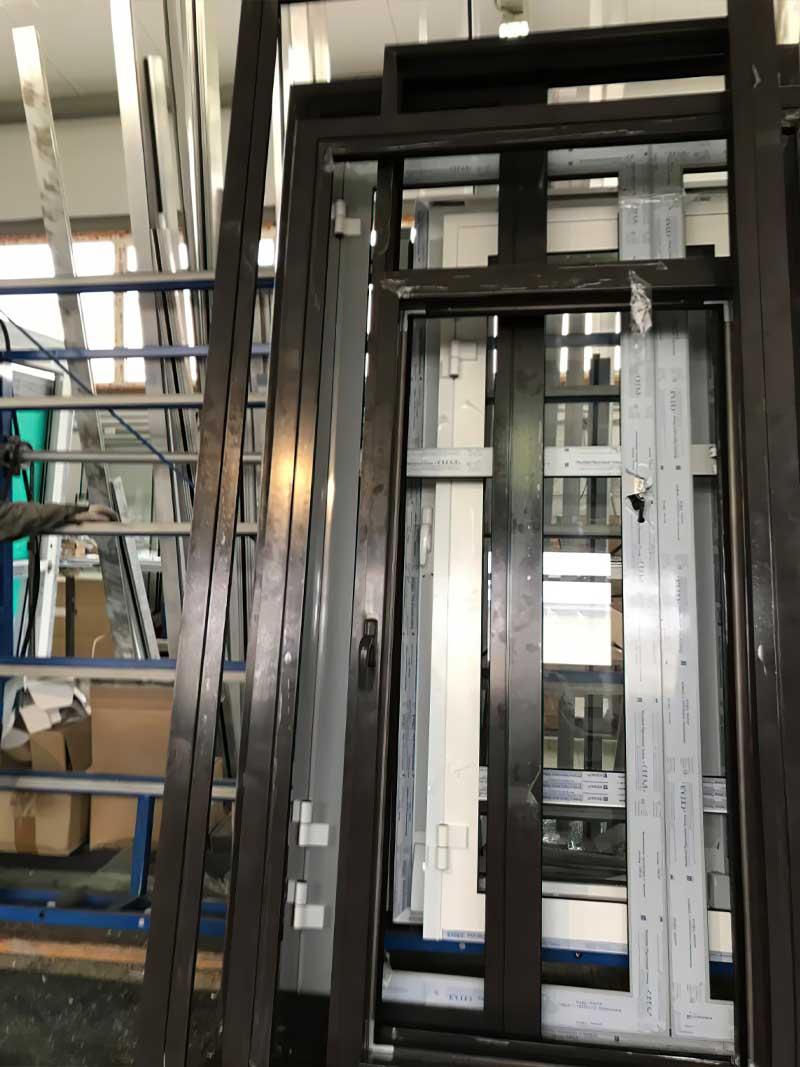 Вклеивание стекла PURAFLEX 9270 в двери из алюминия